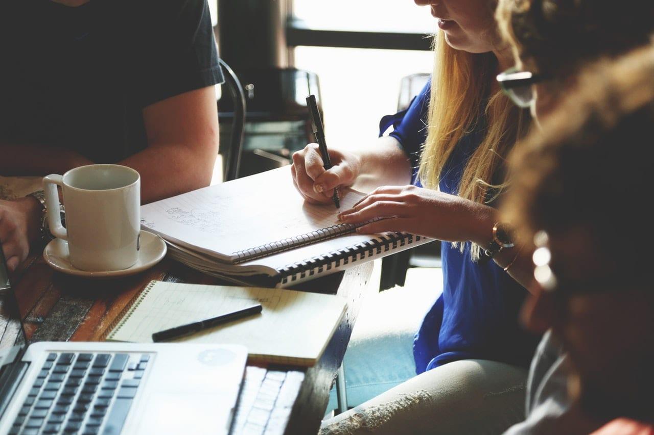 Portfolio adequado ao tipo e nível do negócio: pessoas em reunião ao redor de uma mesa..