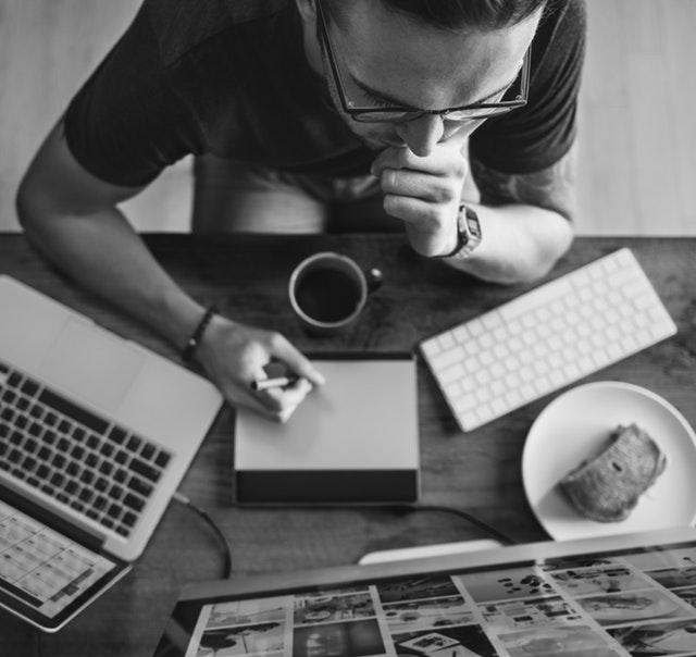 O que colocar no portfolio: imagem de homem trabalhando com vários eletrônicos em cima da mesa