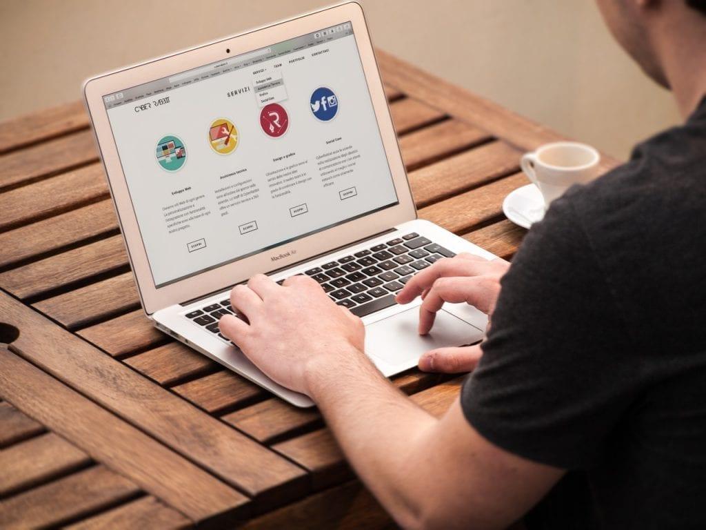 Pessoa mexendo em uma página web e formando sua mentalidade CSS.