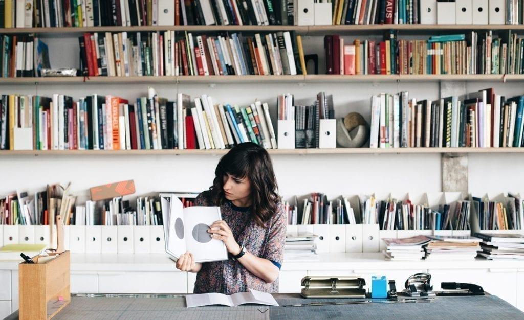 Imagem de Alina Skyson na página Sobre de seu portfolio.